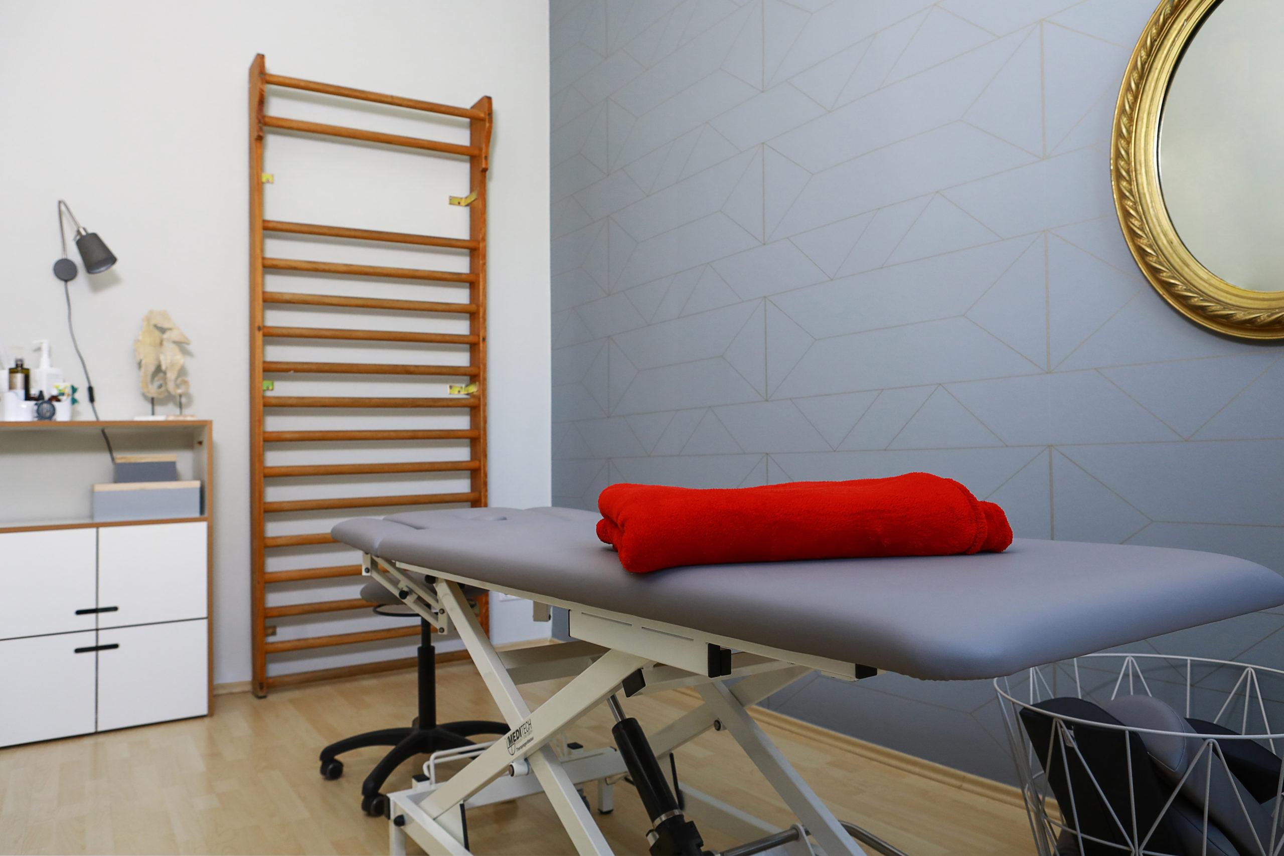 Therapieraum mit Liege und Sprossenwand in der Physiotherapie Blau in Potsdam.